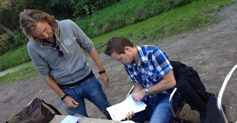 Niels tekent tijdens de teambarbcue